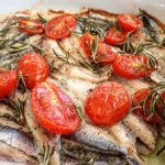 Due ricette per sentirsi in Grecia: ladenia e alici al forno
